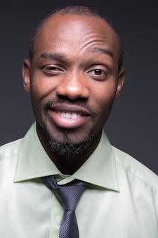 Портрет красивого молодого улыбающегося черного африканца