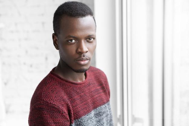 自信に満ちた表情でさりげなく服を着たハンサムな若い浅黒い男性デザイナーの肖像