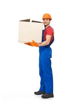 Портрет красивого молодого доставщика с бумажными коробками, изолированными на белом
