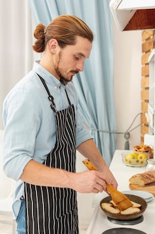 Портрет красивый молодой человек приготовления пищи