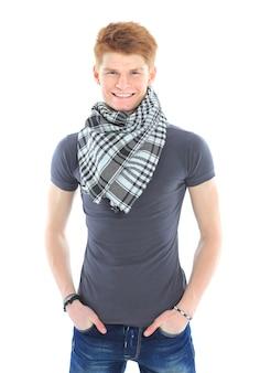 白い背景の上に立っているカジュアルな服を着たハンサムな若い男の肖像画