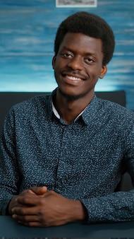 笑顔で正面を見てハンサムな若い男の肖像画