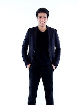 Портрет красивого молодого человека, улыбающегося на белой стене