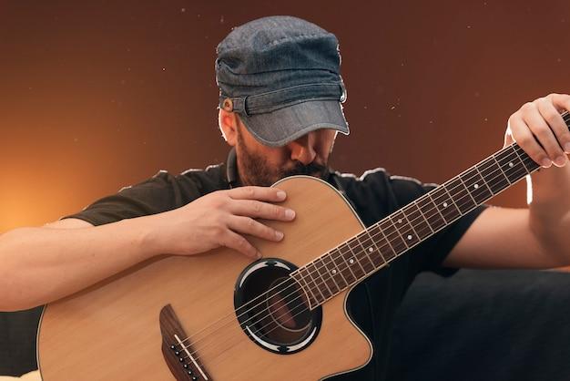 彼のギターとハンサムな若いソングライターの肖像画。