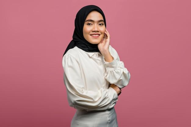 Портрет счастья красивой азиатской женщины в белой рубашке