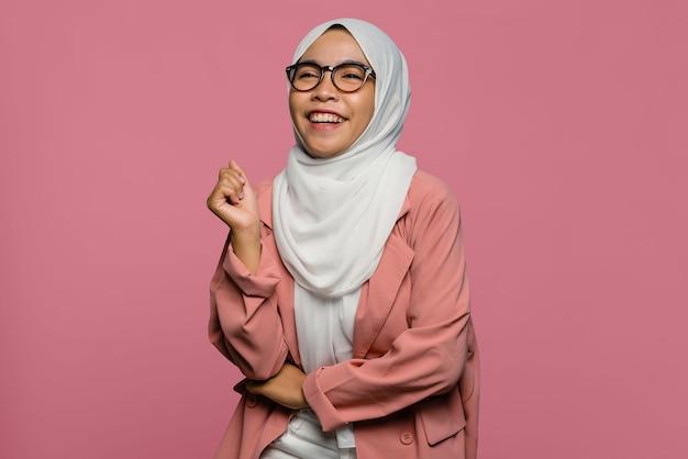 Портрет счастья красивой азиатской женщины в хиджабе