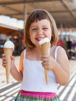행복 한 3 년 여자 아기의 초상화