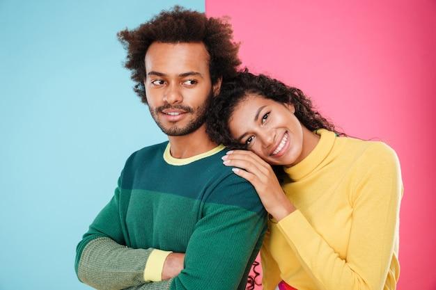 幸せなアフリカ系アメリカ人の若いカップルの肖像画