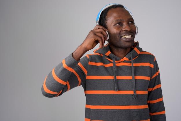 음악을 들으면서 생각하는 행복 한 아프리카 남자의 초상화