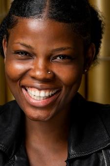 幸せなアフリカの女性のクローズアップの肖像画