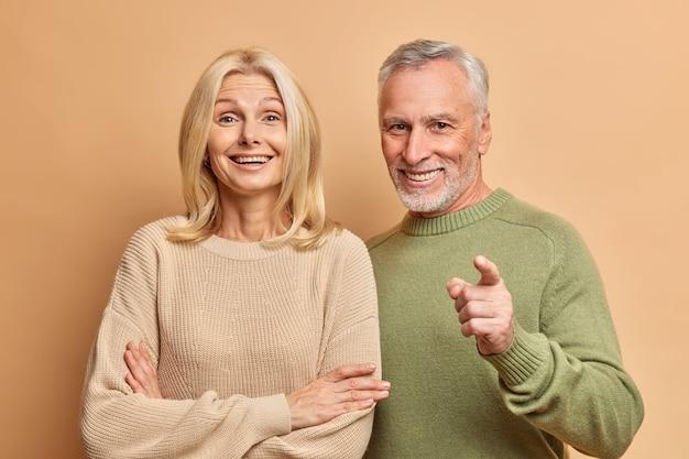 幸せな老婆と男性の肖像画は互いに密接に立っています