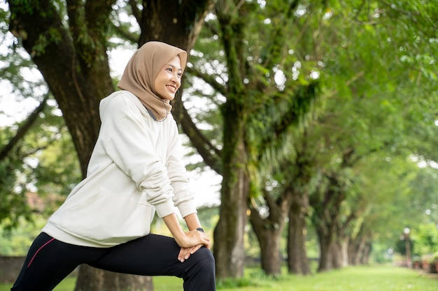 朝の屋外で運動をしている幸せで楽しいイスラム教徒の女性の肖像画