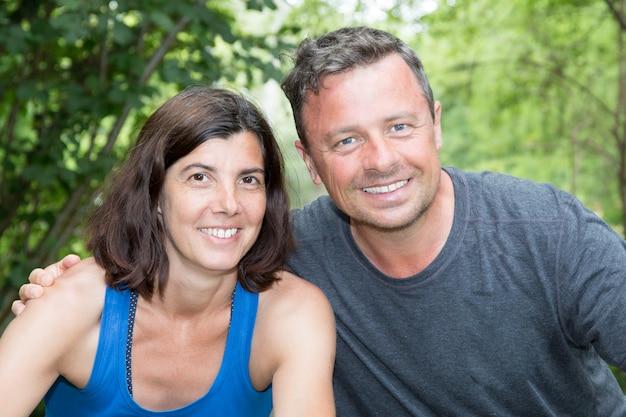 Портрет счастливой и любящей пары средних лет на заднем дворе