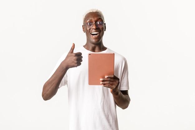 Портрет счастливого и довольного, красивого афро-американского белокурого мужчины