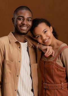 행복 하 고 웃는 커플의 초상화