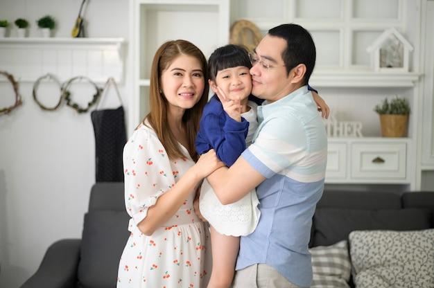 Портрет счастливой азиатской семьи в гостиной дома