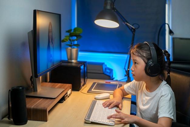 Портрет счастливой азиатской девушки, использующей видеоконференцию для онлайн-обучения со своим учителем дома. дистанционное обучение, онлайн-обучение, технологии или концепции удаленного подключения