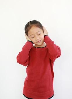 Портрет счастливого азиатского маленького ребенка, положив руки на уши