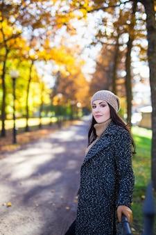 가 공원에서 포즈를 취하는 행복 한 매력적인 여자의 초상화