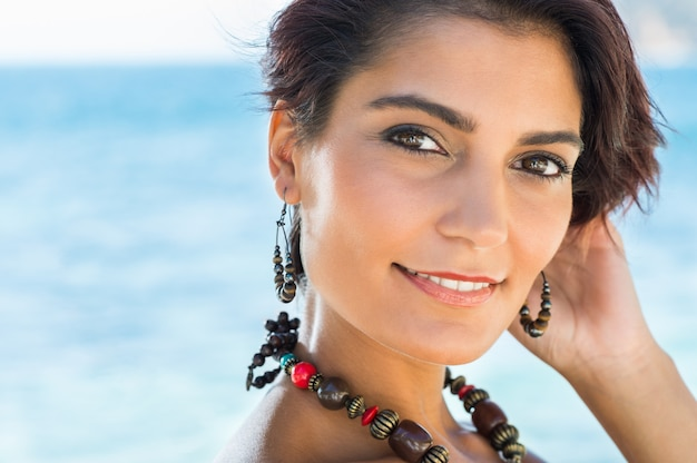 Портрет счастливой привлекательной молодой женщины с ювелирными изделиями