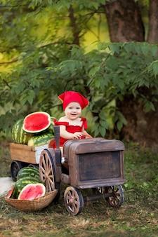 幸せな赤ちゃんの女の子の屋外の肖像画。