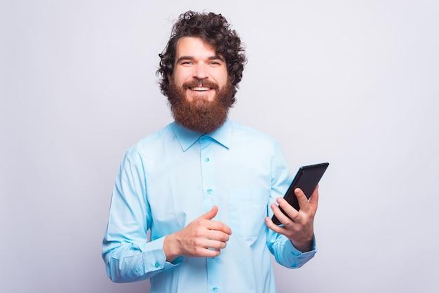タブレットを使用して幸せなひげを生やした肖像画