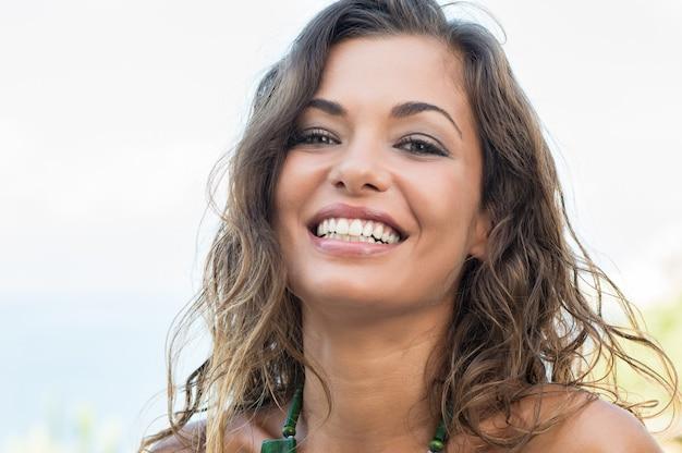 屋外笑顔幸せな美しい女の子の肖像画