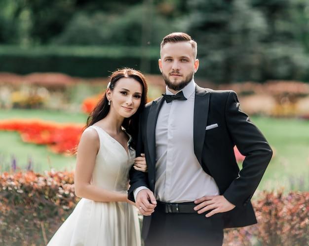 Портрет счастливой невесты и жениха в день свадьбы