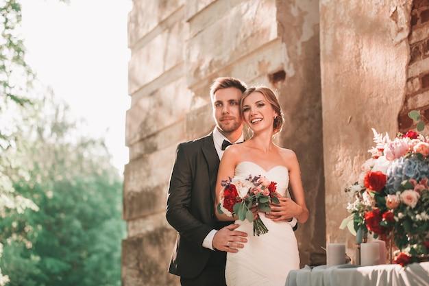 Портрет счастливой невесты и жениха, стоя вместе. фото с копией пространства