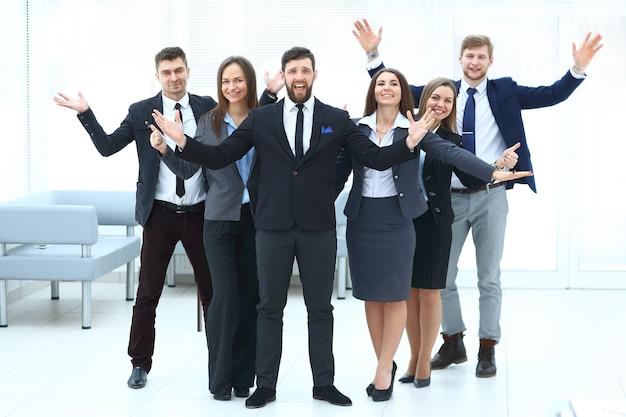 Портрет счастливой бизнес-команды в офисе
