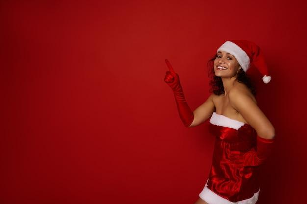산타 카니발 의상을 입은 행복하고 아름다운 히스패닉 여성의 초상화