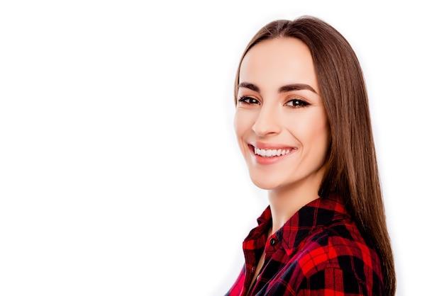 白いスペースで幸せな陽気な笑顔の女性の肖像画