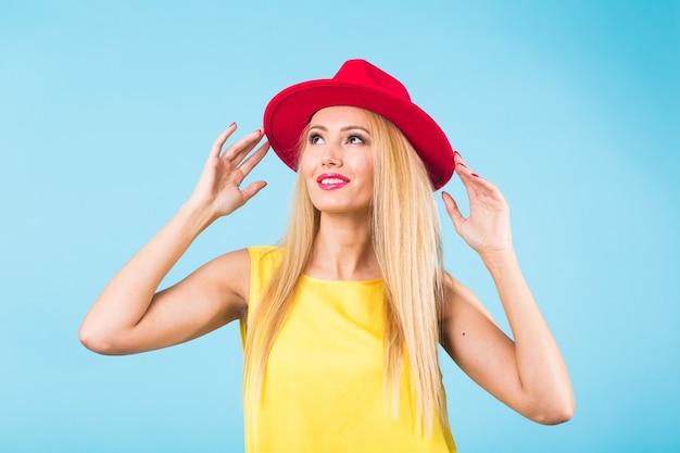 행복 한 밝은 웃는 젊은 아름 다운 금발 여자의 초상화