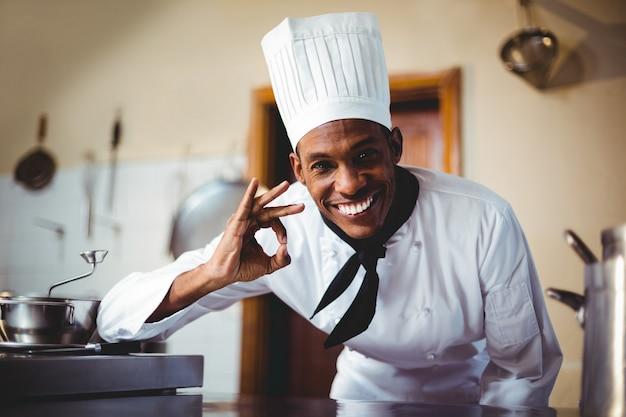 Портрет счастливого шеф-повара, делая знак ок