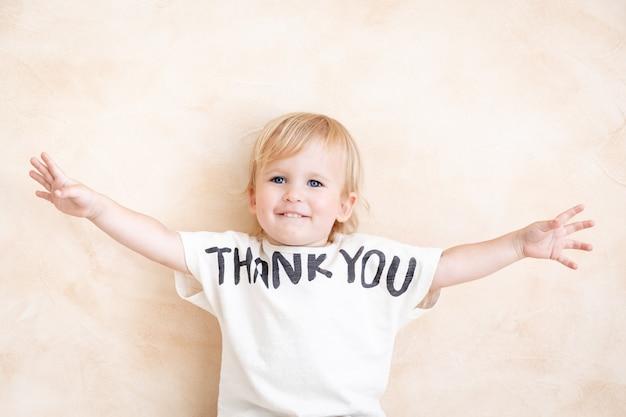 Портрет счастливого ребенка. концепция праздника дня благодарения