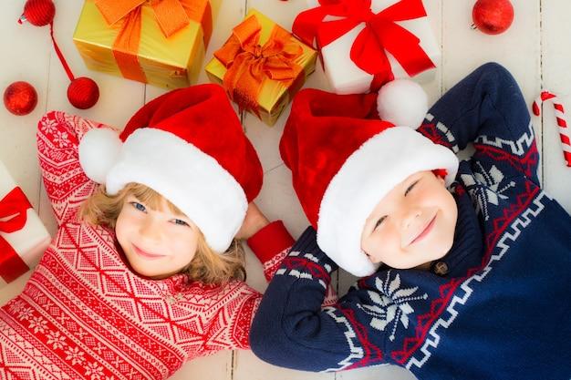 크리스마스 장식으로 행복한 아이들의 초상화입니다. 집에서 즐거운 시간을 보내는 두 아이