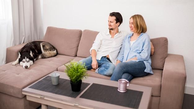犬と一緒に家で幸せなカップルの肖像画 無料写真