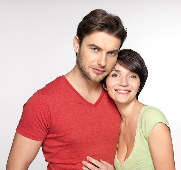 幸せなカップルの肖像画。遊び心のある魅力的な男女。