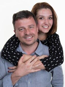 白で隔離される幸せなカップルの肖像画