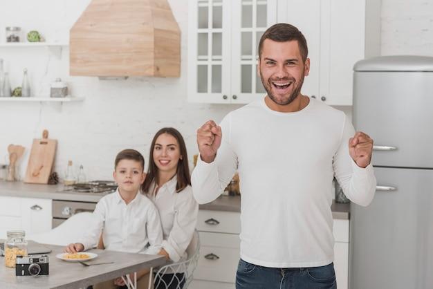Портрет счастливого папы с семьей
