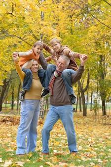 幸せな老夫婦と秋の休憩孫の肖像画
