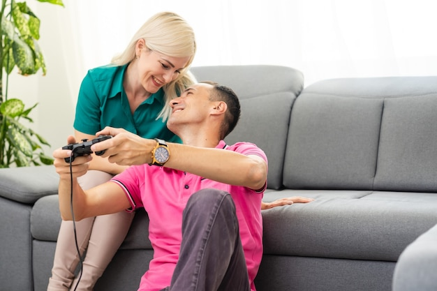 Портрет счастливой взволнованной семьи, играющей в видеоигры