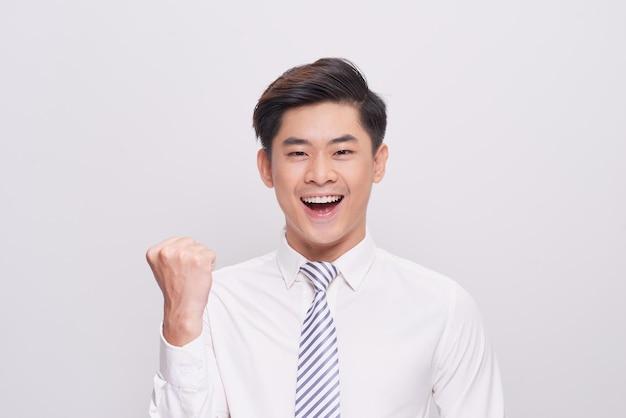 幸せな興奮した若いアジアのビジネスマンの肖像画