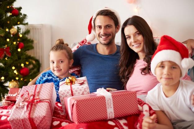 Портрет счастливой семьи на рождество