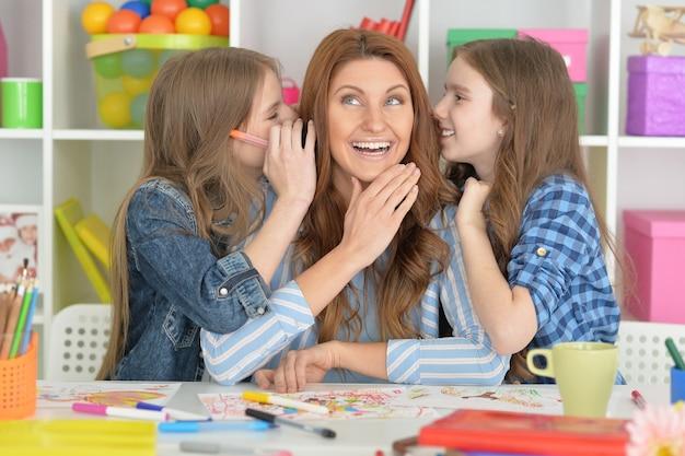 함께 숙제를 하는 행복한 가족의 초상화