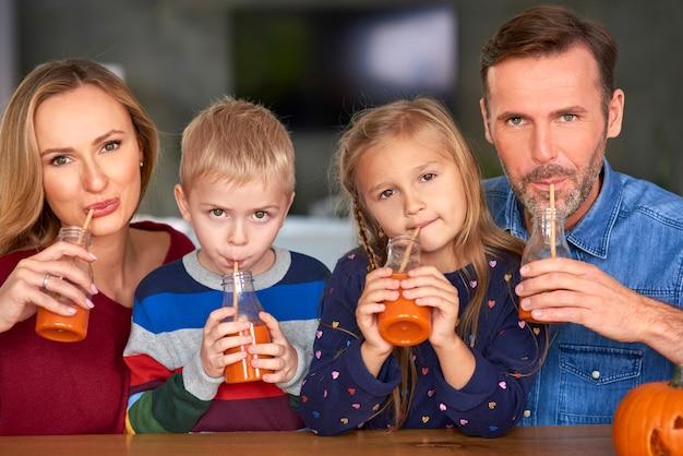 스무디를 마시는 행복 한 가족의 초상화