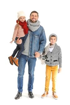 白い背景の上の秋の服で幸せな家族の肖像画