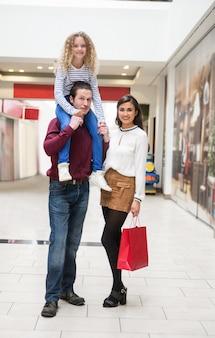 Портрет счастливой семьи в торговом центре