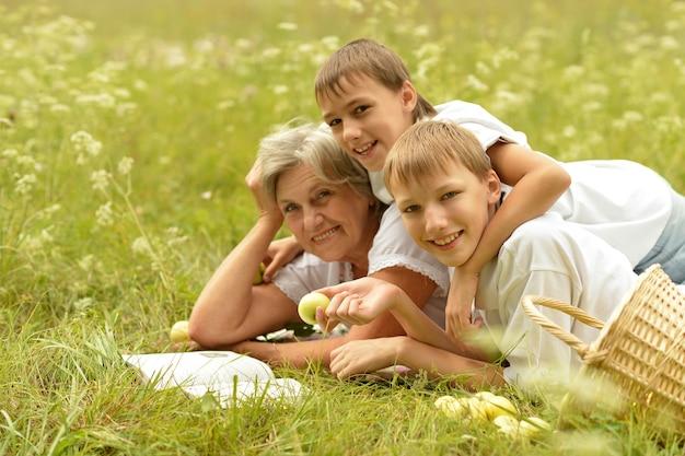 여름 숲에서 행복한 가족의 초상화