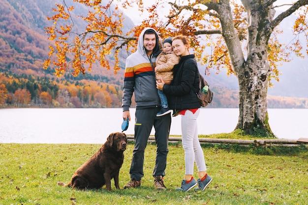 幸せな家族の肖像母父子と犬の屋外ボーヒン湖ヨーロッパの秋
